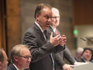 Michael Mengler, Vorstandssprecher der VVB/Vereinigte Volksbank Maingau überzeugte die Versammlung der VVB-Parlamentarier  am 16.11.2017 in der Kulturhalle in Rödermark. (#1)